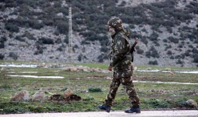 2f3b52459938e تمكنت قوات الجيش الوطني الشعبي الجزائري، نهاية الأسبوع، من إحباط تسلل  مجموعة إرهابية من تونس إلى الجزائر، حيث تم القضاء على 7 إرهابيين وحجز  سيارتين محملتين ...