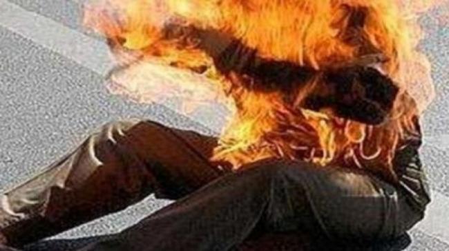 شاب يضرم النار في جسده البارحة